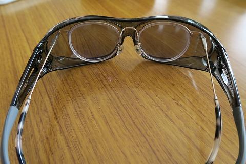 メガネの上から