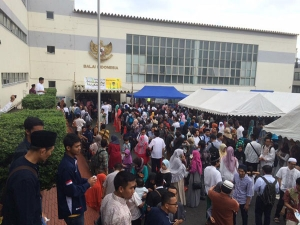 イード・アル=アドハー_大勢のイスラーム教徒で賑わうインドネシア大使館