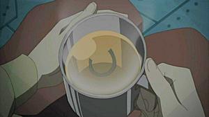 紅茶にお守りが落ちて