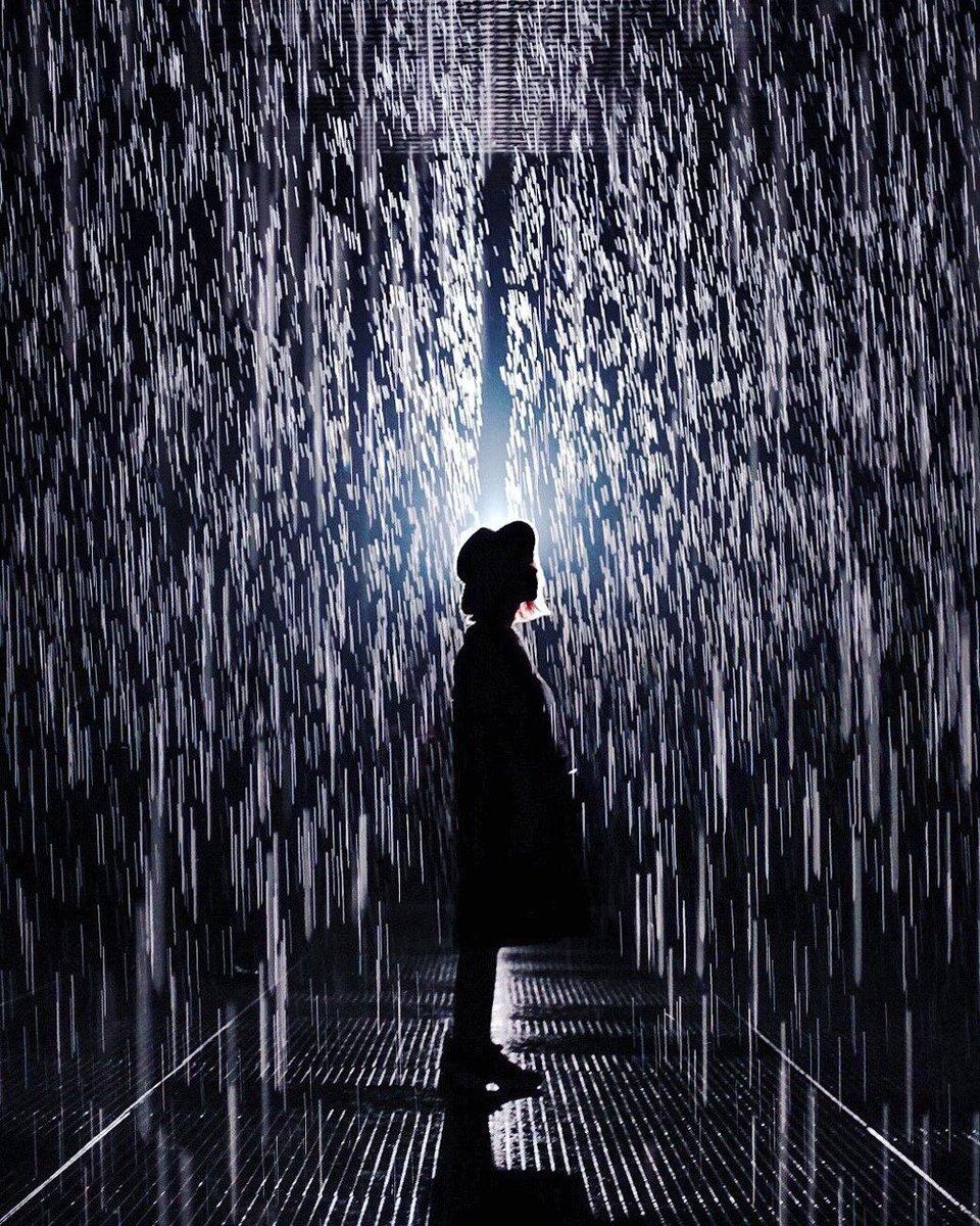 豪雨 ひとり 佇む
