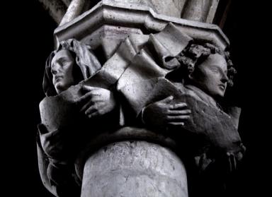 顔 彫刻 木柱