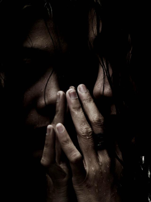 女性 孤独 暗闇