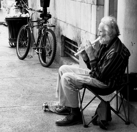 老人 笛 ストリート