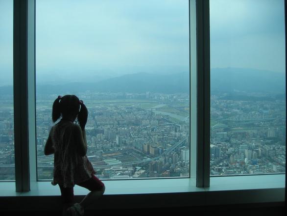 少女 高層ビル 景色