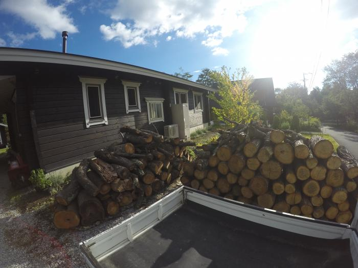 薪積み台0816_ナラと桜の原木