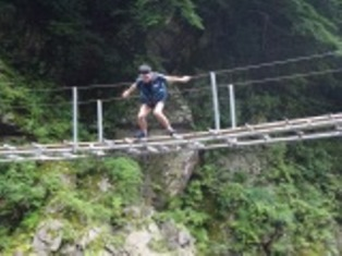 橋の上から川に向かってジャンプ!!