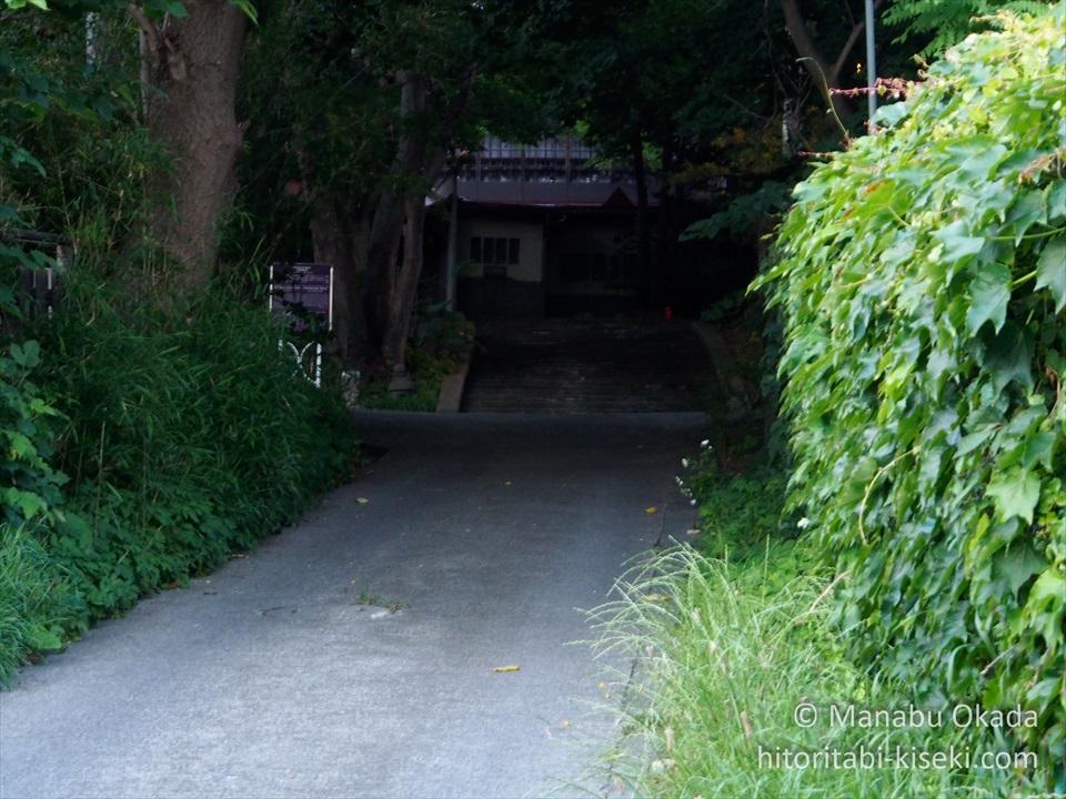 木々の緑の奥に見える海陽亭