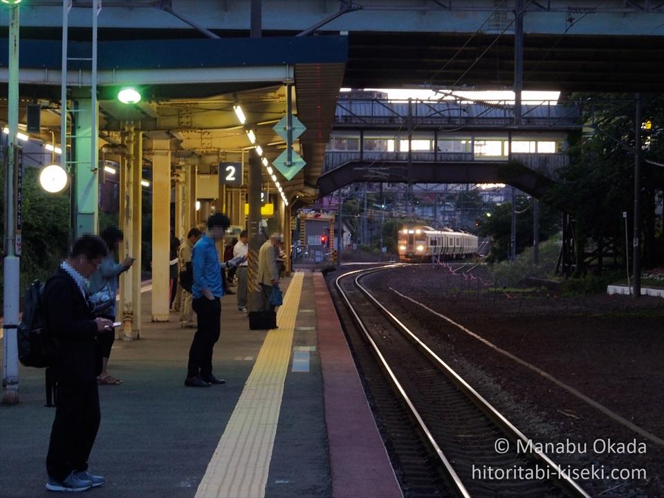ホームにやってくる札幌行きの列車