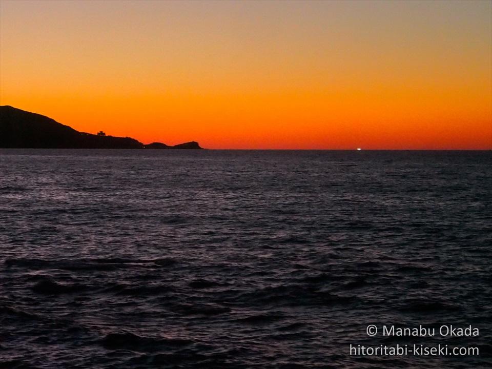 列車の車窓から見た日本海の夕暮れ