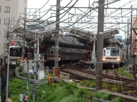 東横線自由が丘駅に並ぶ3社の車両です。