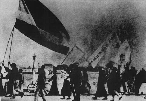 デモ行進する北京大学の学生