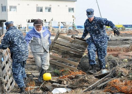 被災者と協力して瓦礫の撤去作業に従事するアメリカ水兵(2011年3月15日)