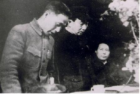 野坂参三(中)と毛沢東(右)