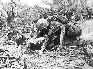負傷した戦友に水を補給する米海兵隊員