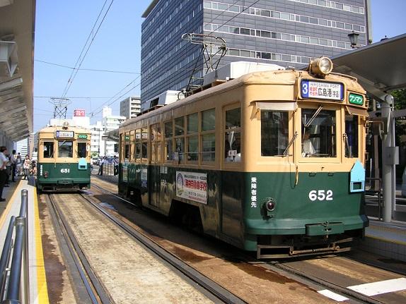 広島・原爆の日に市内を走行する650形電車(651・652号車)