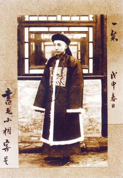 清朝末期の官僚。民間の漢人は着用が禁じられていたが、死装束として死者に着せるのは認められていたため、死後の世界での栄達を願って着せられていた。