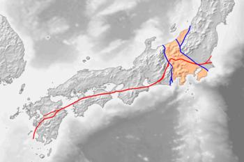 ■ 赤線が中央構造線、青線に囲まれたオレンジ色の部分はフォッサマグナ