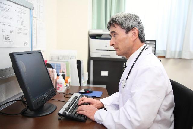入力する医師