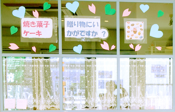 (アトリエ ブランシュ)6.1/パン屋さんの窓/素敵な店舗内装 画像 爽やかな白とブルー/博多東比恵.JPG