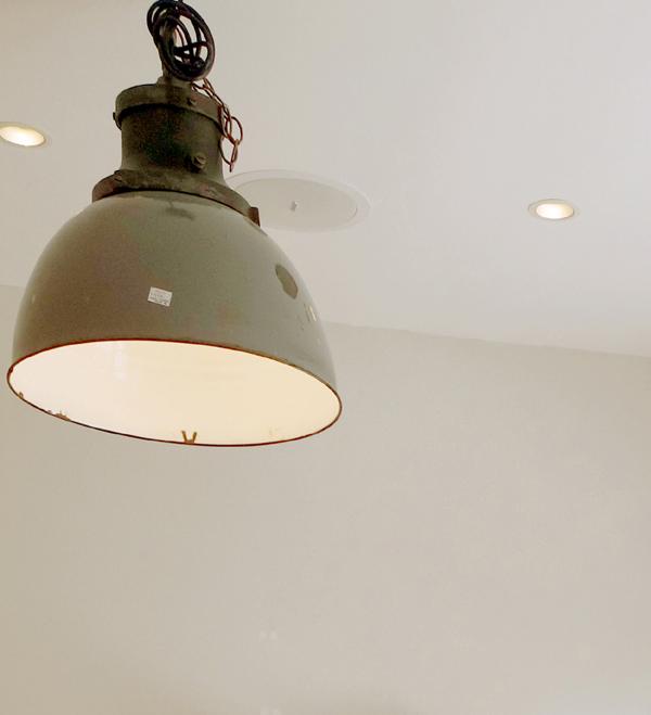 (アトリエ ブランシュ) 4/白に映える インダストリアル 天井照明 パン屋さんの素敵な店舗内装/博多東比恵