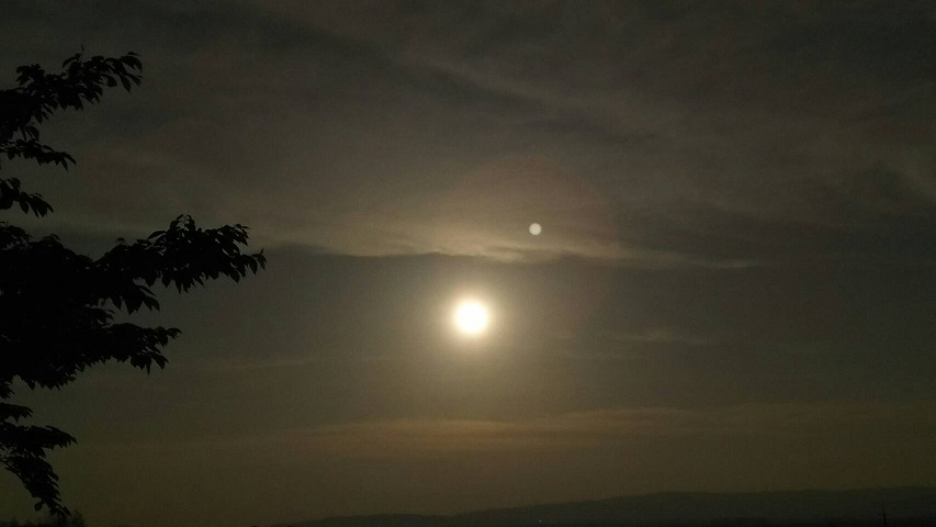 【奈良の山から見た池と夕闇】