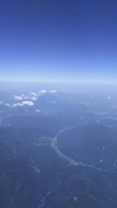【日本上空の空、下に大山が見えます】3