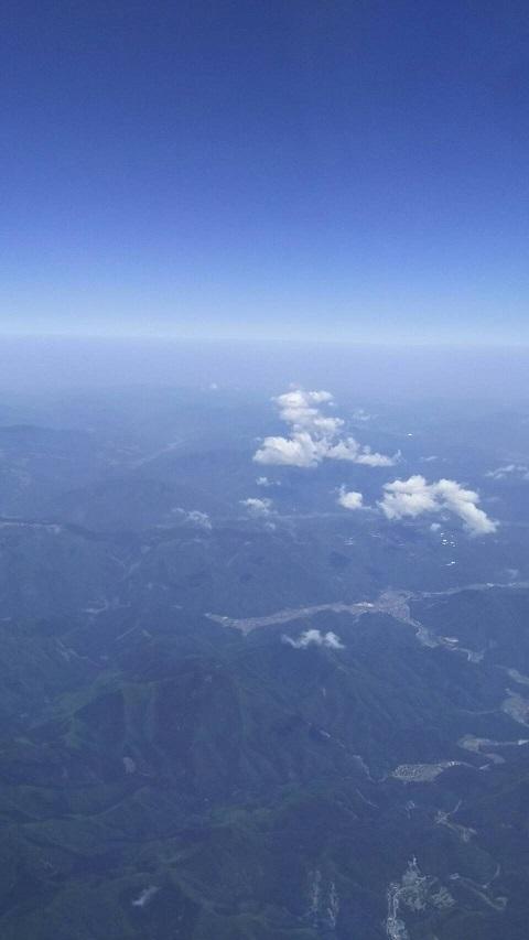 【日本上空の空、下に大山が見えます】5