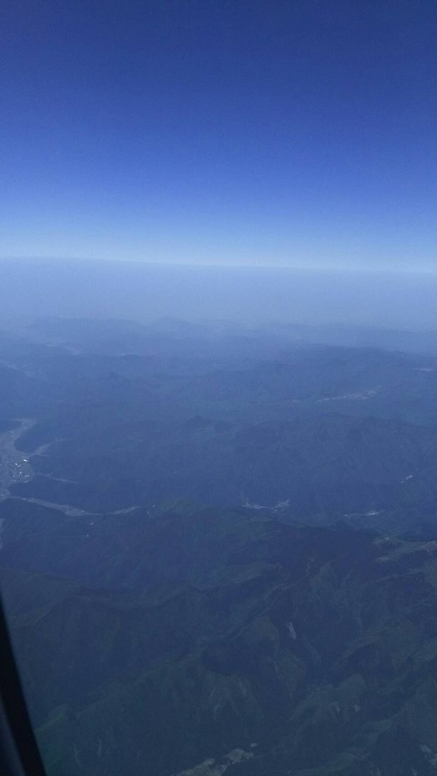【日本上空の空、下に大山が見えます】7