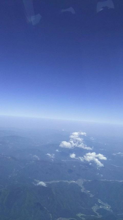 【日本上空の空、下に大山が見えます】4