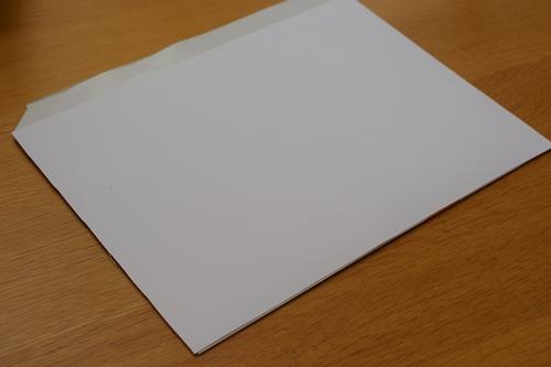 表に画用紙を貼る