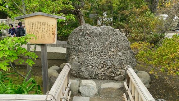 八幡宮のさざれ石
