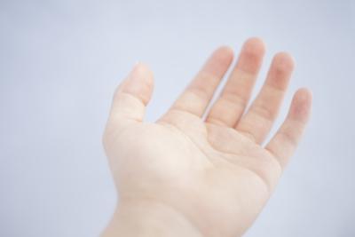 手を差し伸べる