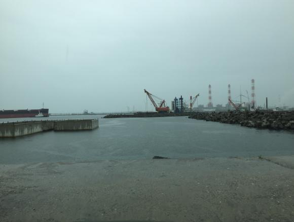 雨の鹿島港
