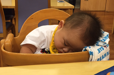 ふて寝する赤ちゃん