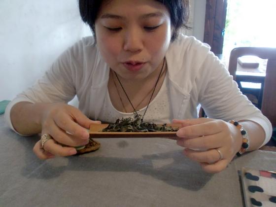 茶葉の香りをかぐ