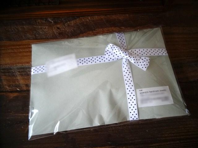 定形外郵便でアクセサリーを送る時、 外装(封筒など)にリボンとかマスキングテープで飾りをしたい!  でも、配送中にひっかかったりして汚くなったら嫌だし・・・