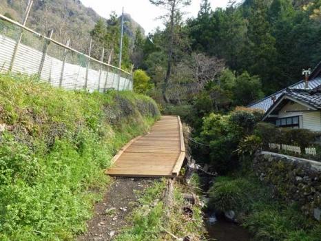 改修された登山道の橋