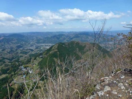 山頂から見る長福山(女体山)