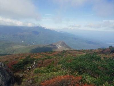 登山道から見る鬼面山の紅葉
