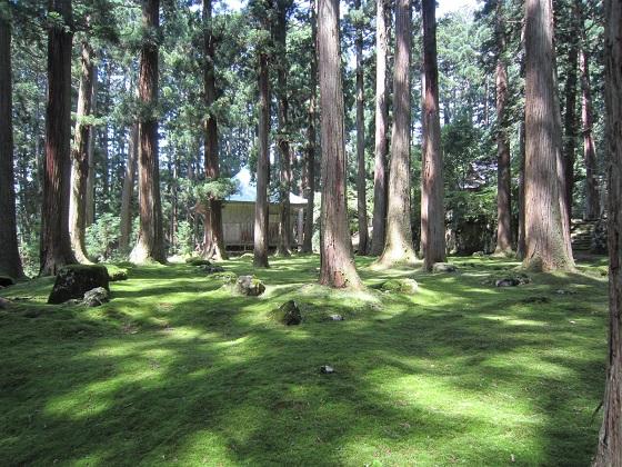 白山平泉寺 拝殿と礎石