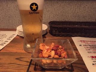 生ビールとお通しのミックスナッツ