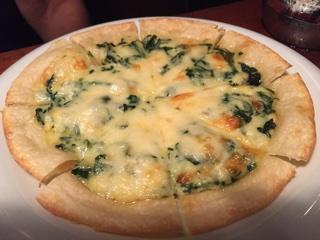 ホウレンソウとクリームのカレー風味のピザ