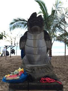 クタのビーチの像