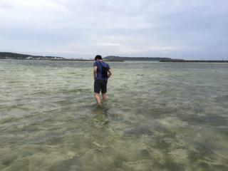 海の中を歩いて