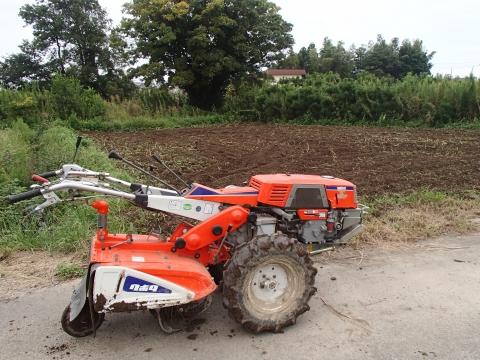 耕耘機と畑