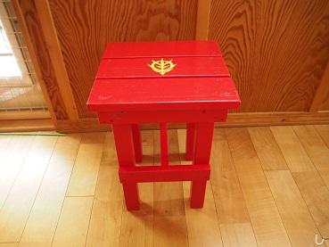 シャア色の椅子