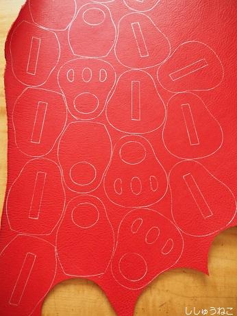 赤い革に銀ペン