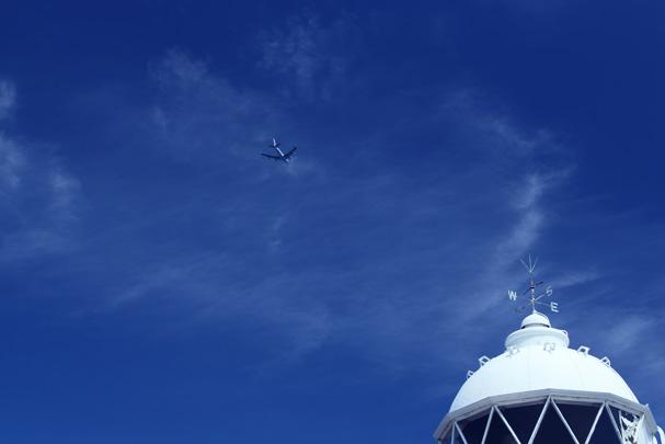 shio_灯台と飛行機