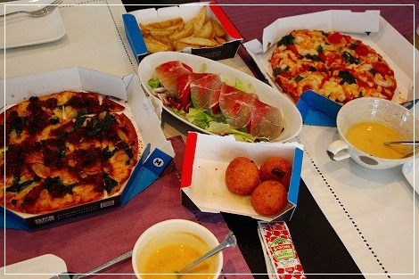 お昼は宅ピザ♪お腹いっぱいに^^;