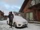 雪で白くなった車